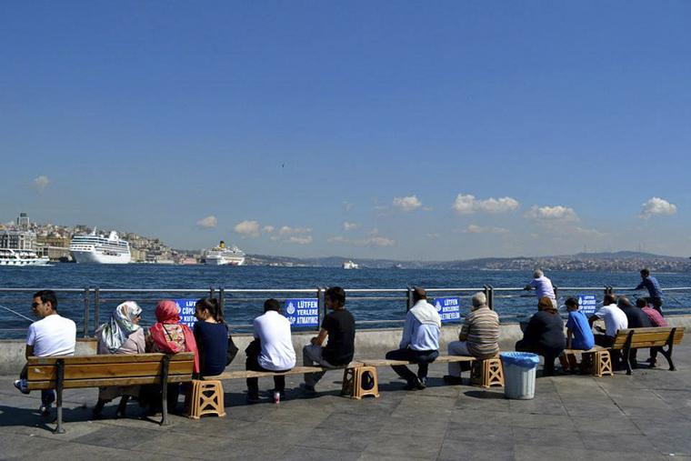 Istanbul - emberek a parton