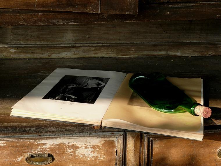 Csendélet könyv + üveg