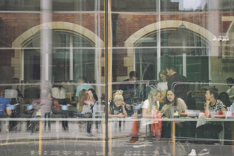 Tanulók egy kávéházban
