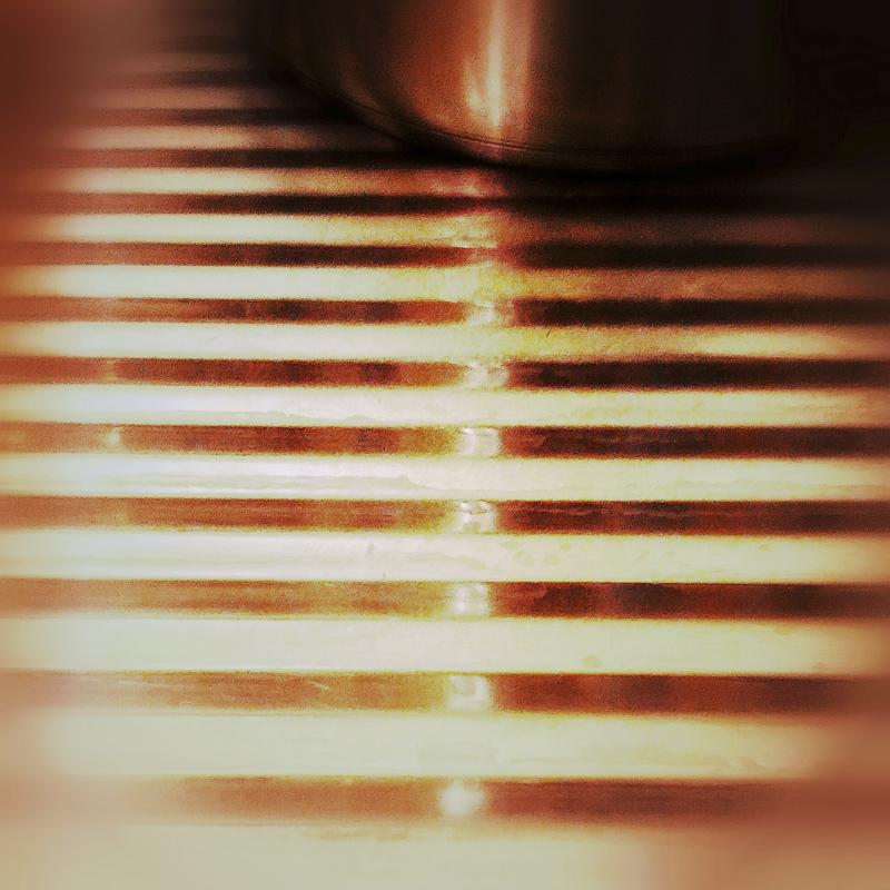 365/239 - Rozsdamentes redők pörköltszínű fényben