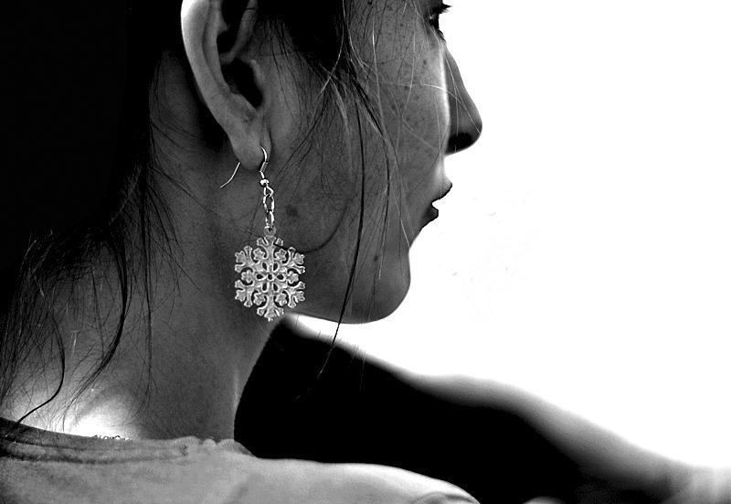 Lány hópehely fülbevalóval (220.365)