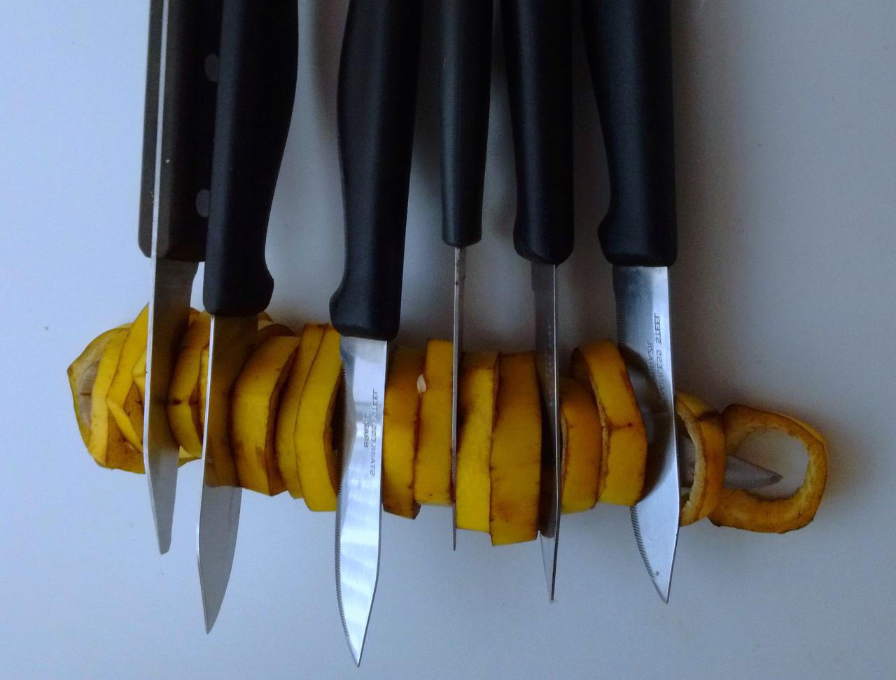 Banán és kések kék alapon