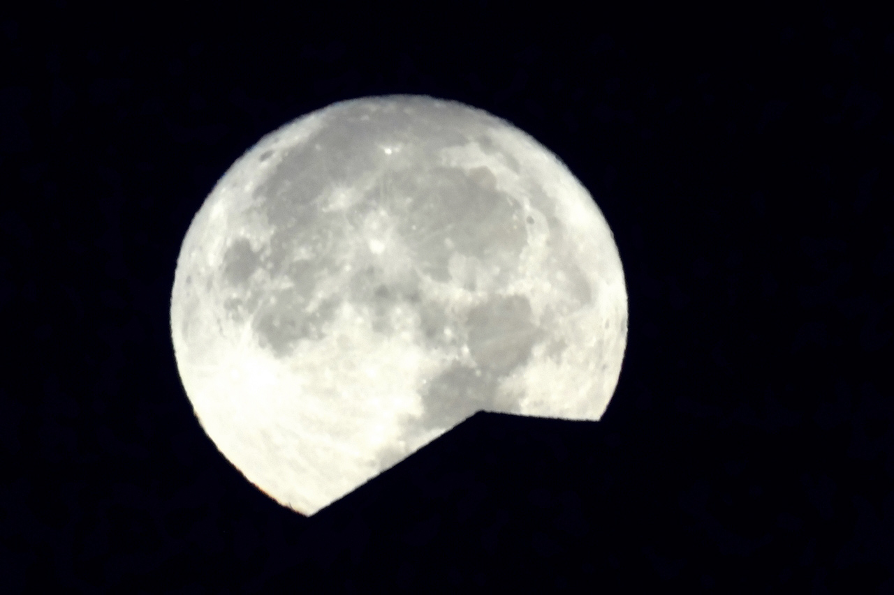 Mire a hold lemegy