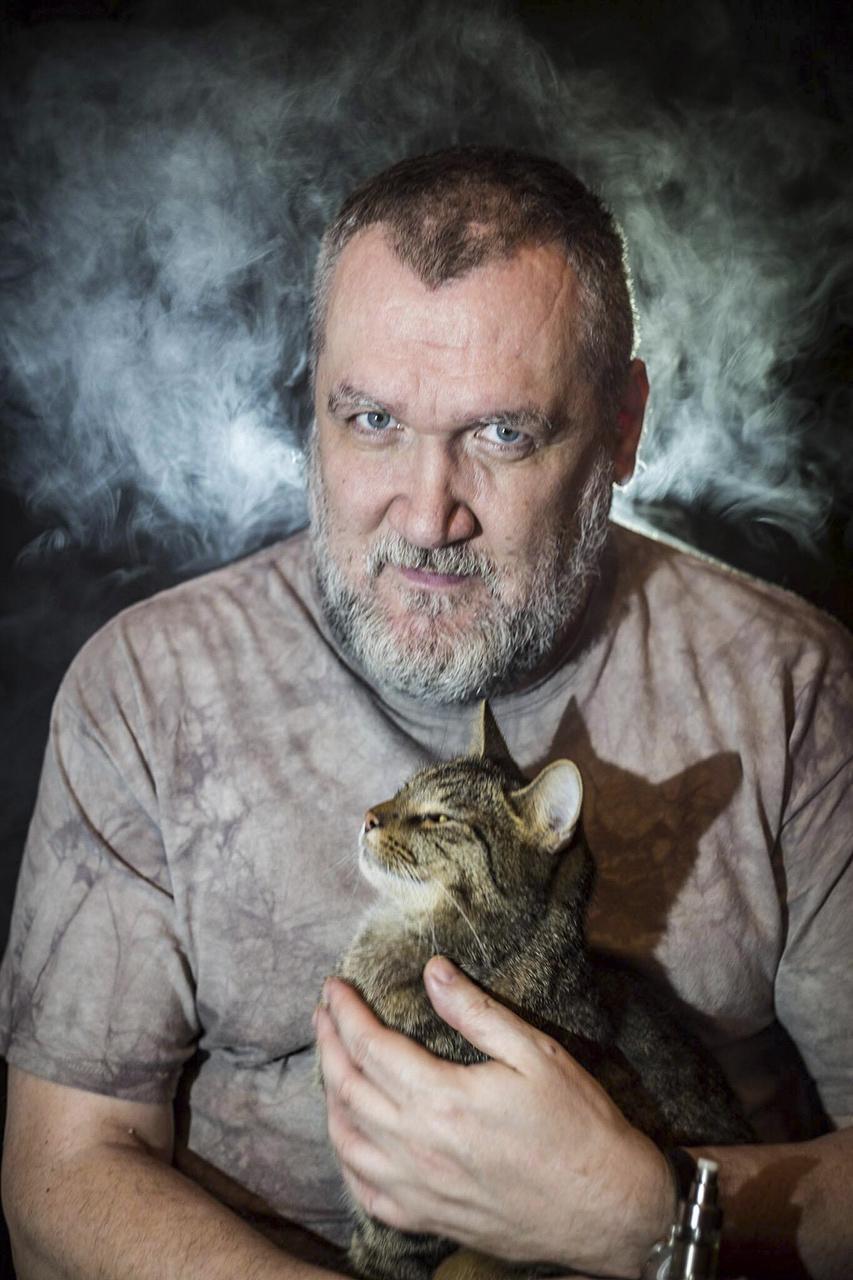 Férfi macskával