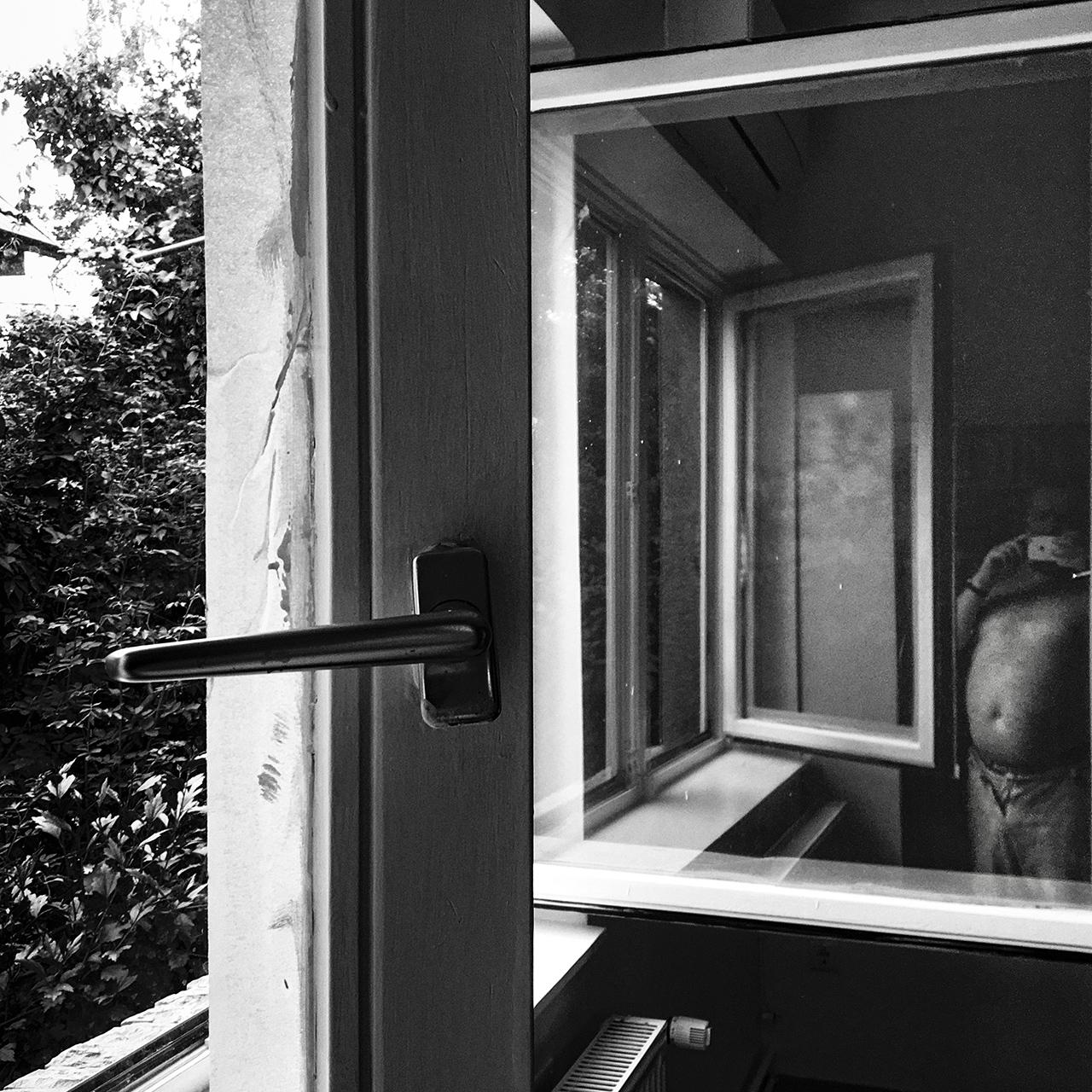 Mázolós önportré ablakkal