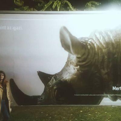 Anna a plakátunk előtt
